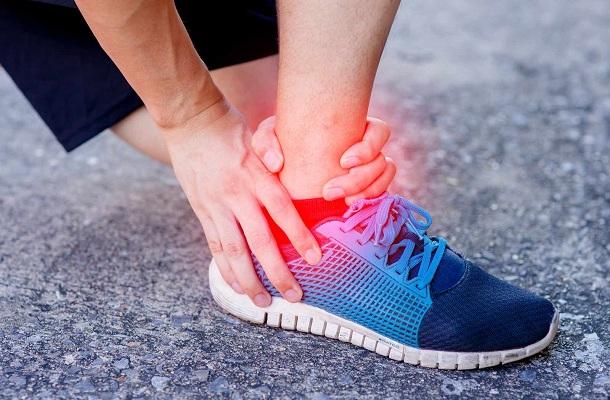 Dolor en el área de la cadera derecha femenina en la noche