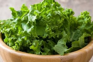Beneficios para la salud de la col rizada pérdida de peso, digestión, piel, cabello, huesos, cardiovascular