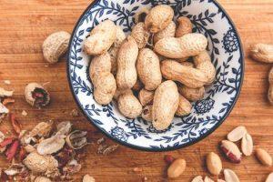 Hechos nutricionales del maní, sus beneficios y efectos secundarios