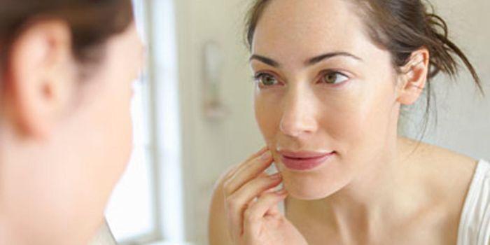 El estrés puede causar acné en adultos
