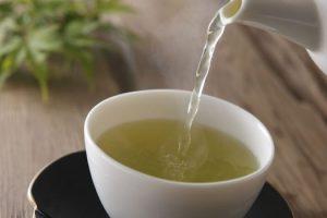 Es seguro beber té verde con medicamentos recetados